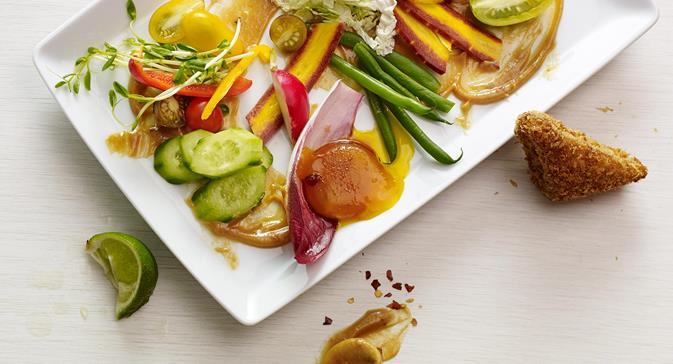 salade indonesienne gado gado accompagnee doeufs durcis au gingembre et au soja et de toasts