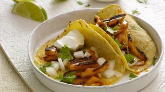 Owoc chlebowca na ostro podawany w sałatowym tacos