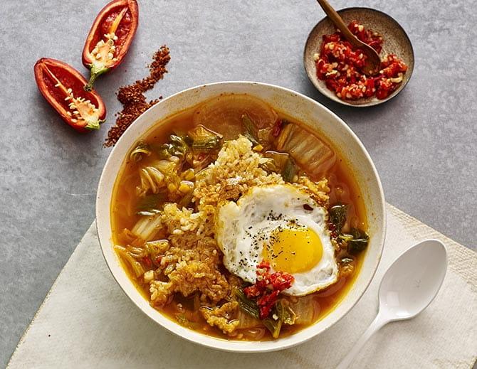 https://d1e3z2jco40k3v.cloudfront.net/-/media/foodservicefr/recettes/ff2017/web_crispy_rice_bowl_with_egg.jpg?rev=115303d1006847f1863480f3ac655fcf&vd=20200611T222009Z&hash=122BAB22D62A6D68A0139968CF5E5518