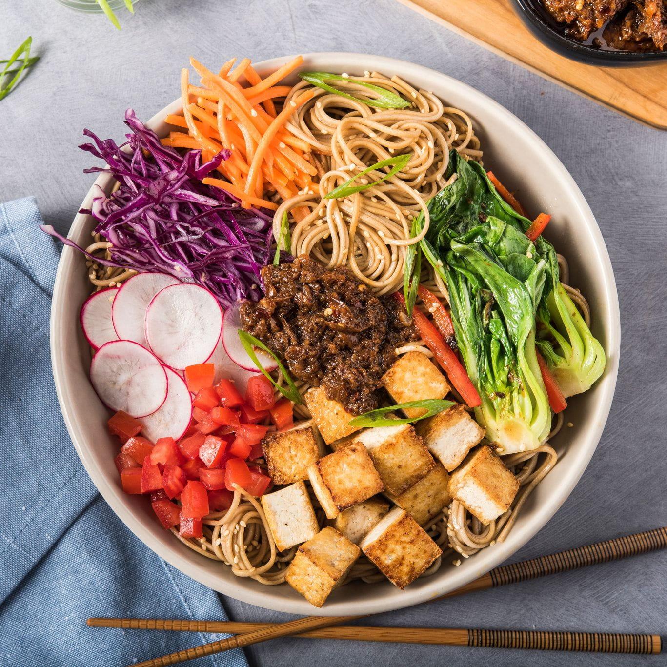 https://d1e3z2jco40k3v.cloudfront.net/-/media/foodservicefr/recettes/ff2020-q1/tofu-noodle-bowl-with-vegetarian-xo-sauce-800x800.jpg?rev=49a73625e37a4c7a89b57a045271b6f9&vd=20200611T222042Z&hash=47F8C437FC3292A03FD34E5A83EAC468