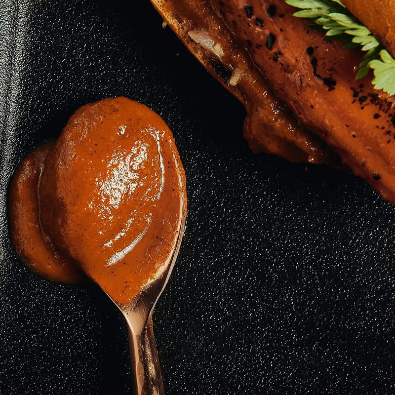 https://d1e3z2jco40k3v.cloudfront.net/-/media/foodservicefr/recettes/ff2021/ff21_plants-pushing-boundaries_brined-carrot-hot-dog-with-charred-tomato-ketchup-10_800x800.jpg?rev=09cab926a6a64b16bb27c4201177e4bc&vd=20210907T153309Z&hash=22EBF693F559FCD10AF5BCCBB2590B8F
