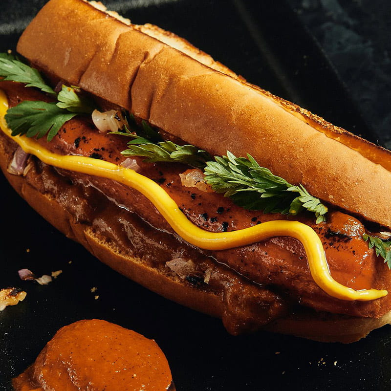 https://d1e3z2jco40k3v.cloudfront.net/-/media/foodservicefr/recettes/ff2021/ff21_plants-pushing-boundaries_brined-carrot-hot-dog-with-charred-tomato-ketchup-11_800x800.jpg?rev=cf0301065090417c924d536e1178cc59&vd=20210907T153304Z&hash=EB0E4DF43489D003AC08F654C800166C
