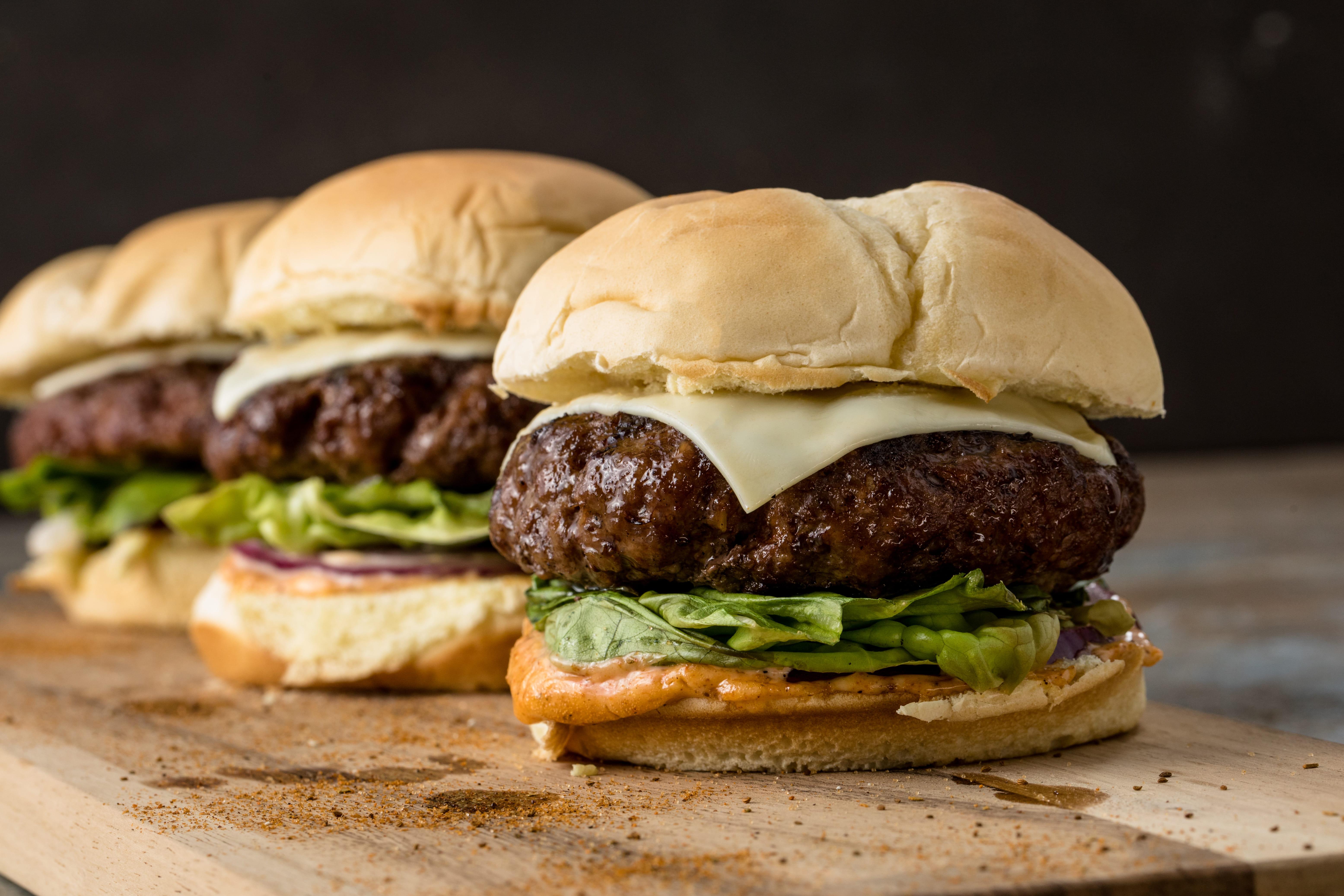 https://d1e3z2jco40k3v.cloudfront.net/-/media/foodservicefr/recettes/sandwichs-et-burger/burger-polo.jpg?rev=840ed9f5556e41a085a5ffaa62071f73&vd=20200611T222147Z&hash=26A5BF38268D7427025B2F84975B389B