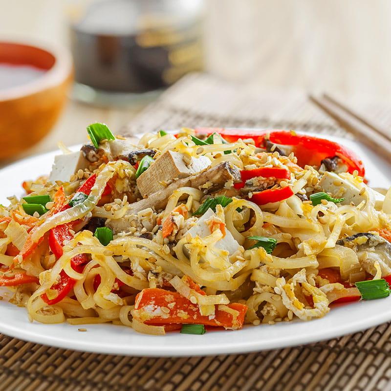 Legume în stil asiatic cu noodles și sos de arahide
