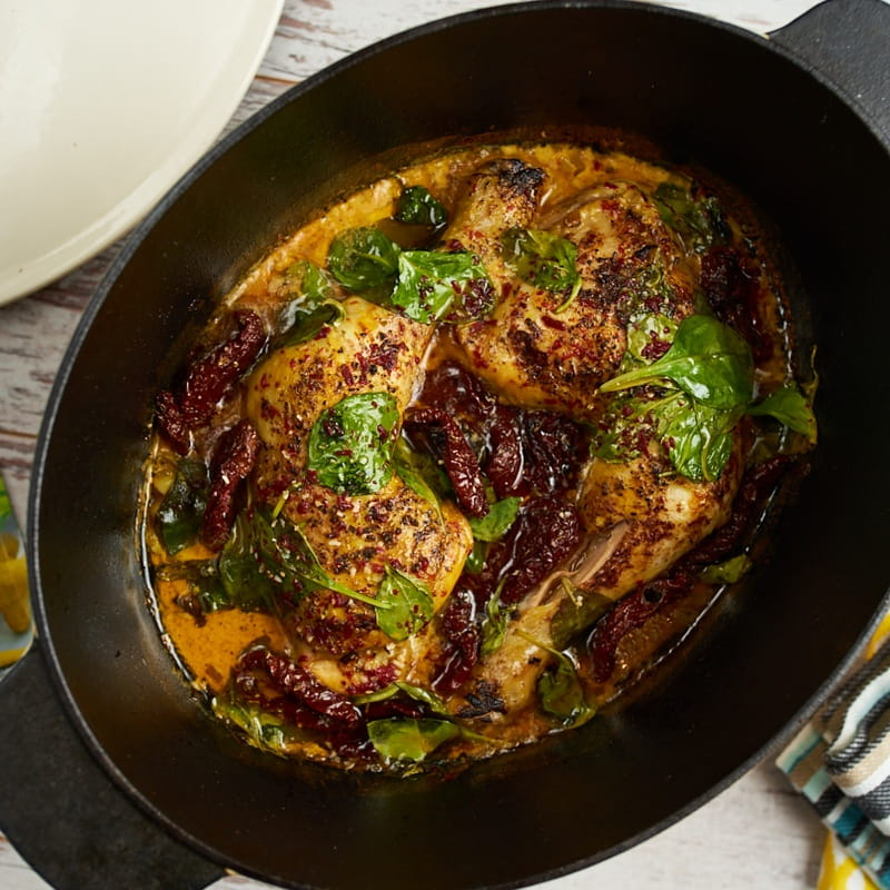 Pui cu spanac, roșii uscate și sos de curcuma