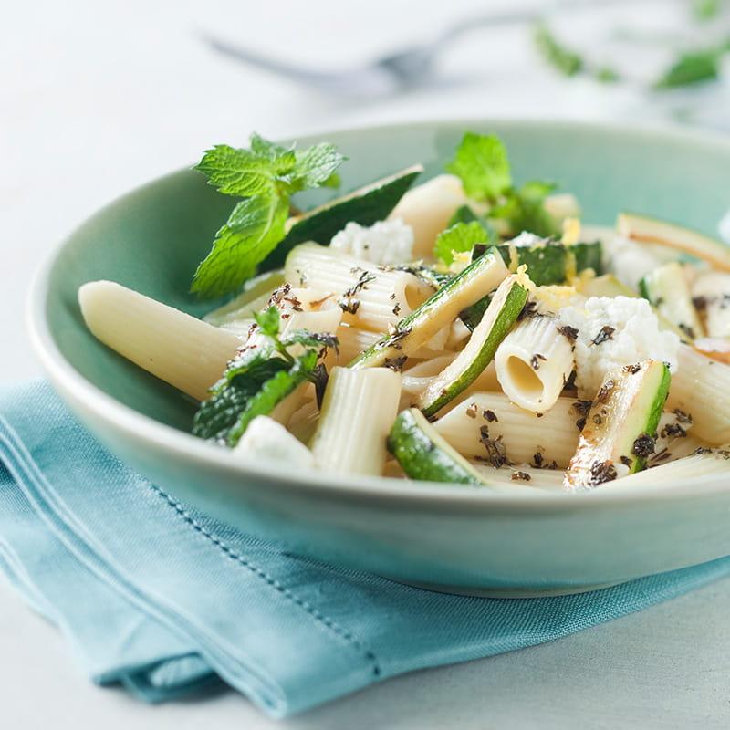 Salată cu paste și zucchini