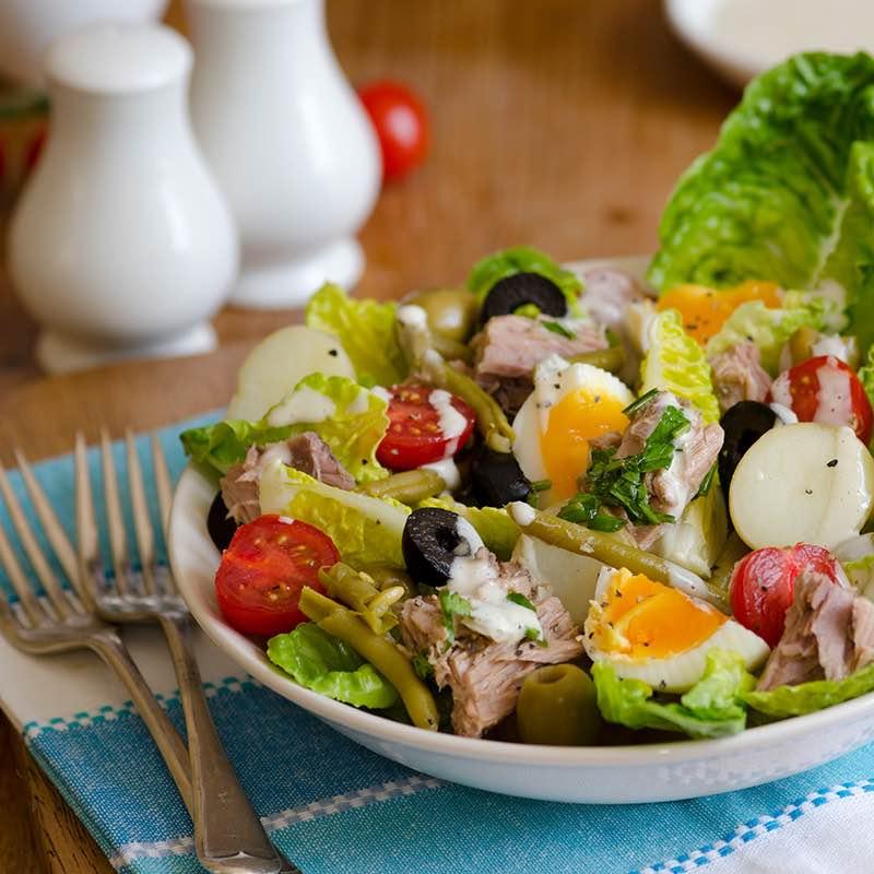Salată Nicoise cu chia, citrice și ton în crustă de ardei iute