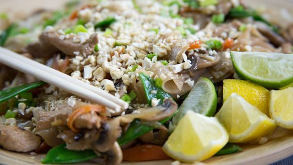 Azjatycki makaron stir-fry z kurczakiem