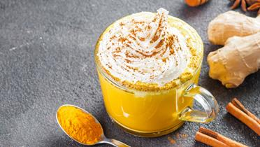 Bananowe latte z kurkumą l Kamis.pl