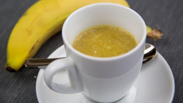 """Bananowe """"latte"""" z kurkumą"""