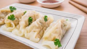 Chińskie pierożki podawane na zimno z kremowym sosem dukkah