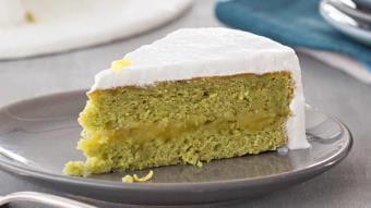 Ciasto z herbatą matcha z cytrynowo-bezowym lukrem