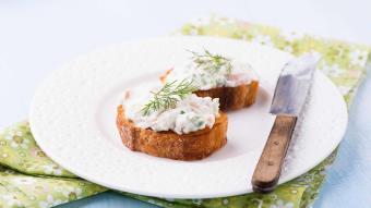 Dip pomidorowo-ziołowy z krabami