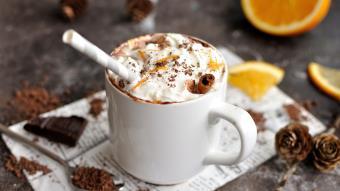 Gorąca czekolada z cynamonem i pomarańczą