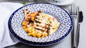 Grillowany ser Paneer z chutney z mango i pomidora i sosem winegret z curry
