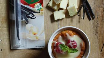 Sernik z kartoflem białą czekoladą i malinami
