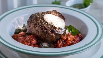 Kotlet schabowy z ryżem, bakłażanem, sosem z kolendry oraz pianą z palonego masła
