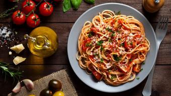 Makaron z sosem pomidorowym z warzywami w wersji wegańskiej według przepisu Natalii Kusiak