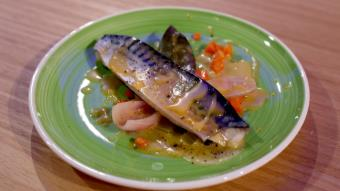 Marynowana makrela z warzywami i sosem holenderskim