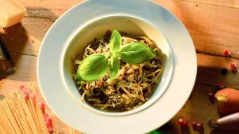 Spaghetti aglio e olio i czekoladowy krem z bazylią