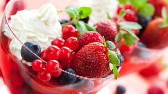 Owoce jagodowe w winnej galarecie