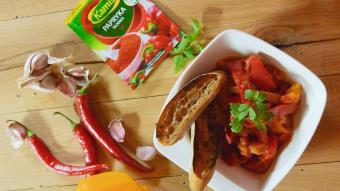Peperonata i domowa Sriracha
