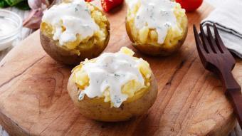 Pieczone ziemniaki z dipem czosnkowym