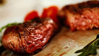 Pikantna wołowina w czerwonym winie - przepis Kamis