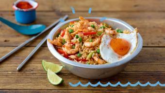 Pikantny smażony ryż z krewetkami i jajkiem sadzonym