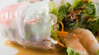 Roladki z krewetek z orientalną sałatką warzywną