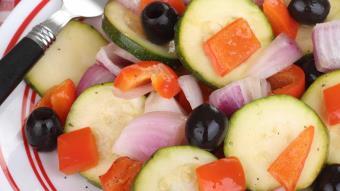 Sałatka śródziemnomorska z papryki i cukinii