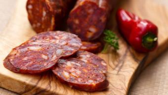 Sałatka estremadura z chorizo i suszonymi pomidorami - przepis Kamis