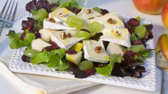 Sałatka z gruszką, winogronami i serem brie