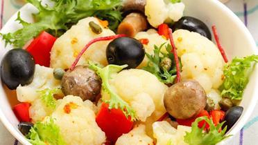 Sałatka z kalafiora i papryki z oliwkami