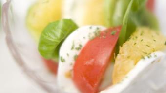 Sałatka z mozzarellą, pomidorkami koktajlowymi i pomarańczą - przepis Kamis