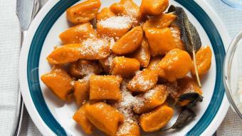 Szafranowe gnocchi ze szpinakiem i serem pleśniowym