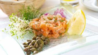 Tatar z łososia z filetami anchovis i kaparami