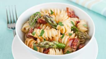 Tortoglioni (świderki) z pomidorami i szparagami