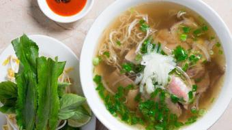 Warzywna zupa Pho z bulionem herbacianym