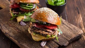 Wołowe stekburgery z masłem czosnkowo-pomidorowym