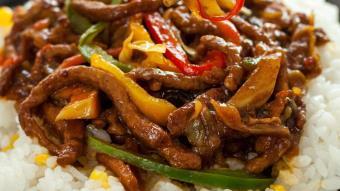 Wołowina z woka w sosie pieprzowym z pędami bambusa