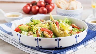 Zielona sałata z tuńczykiem i awokado