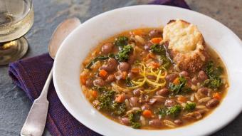 Zupa z fasolą żurawinową, szałwią i makaronem orzo