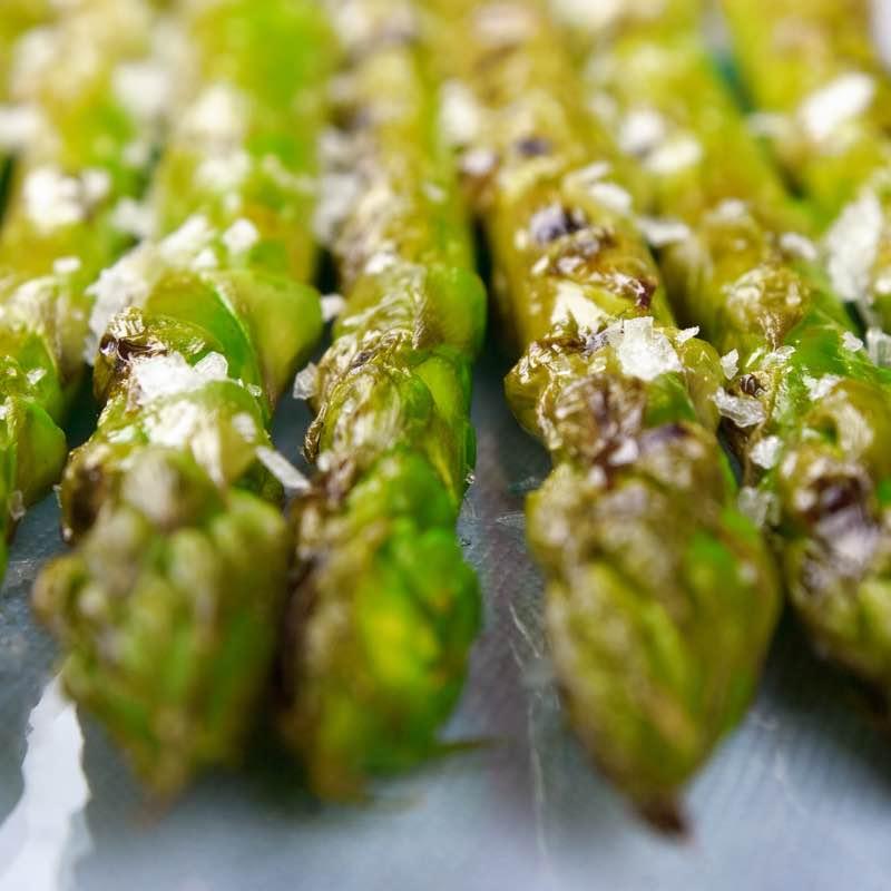 Grillowane szparagi z boczniakami i serem