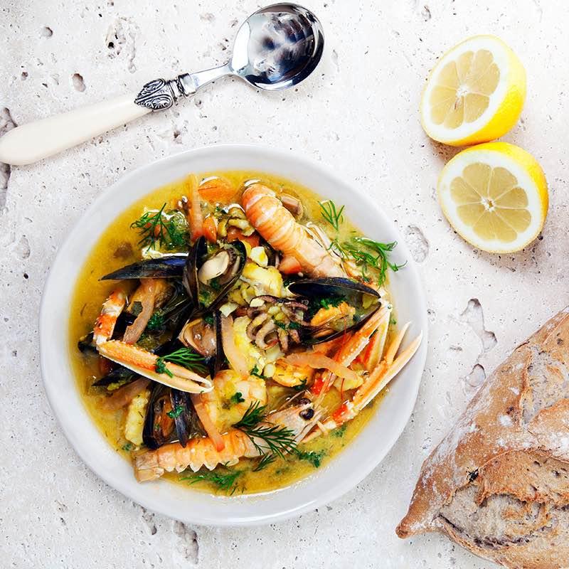 Hiszpańska zupa rybna z krewetkami i szafranem