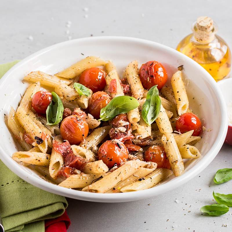 Makaron z sosem pomidorowym z bazylią