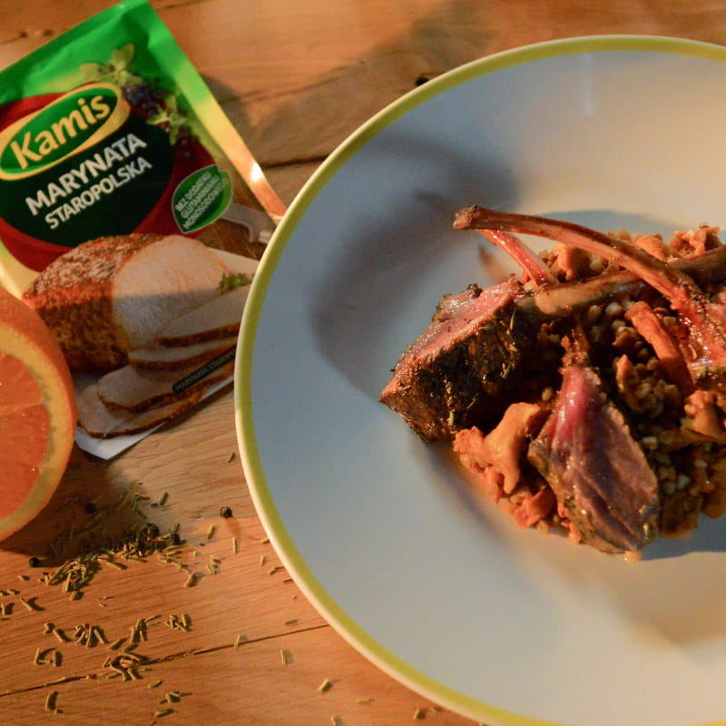 Marynata staropolska, kotlety jagnięce i kasza gryczana z kurkami