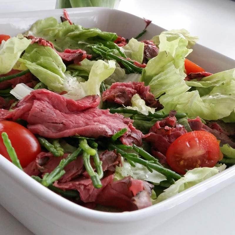 Orientalna sałatka z wołowiną z kolendrą, bazylią i chilli