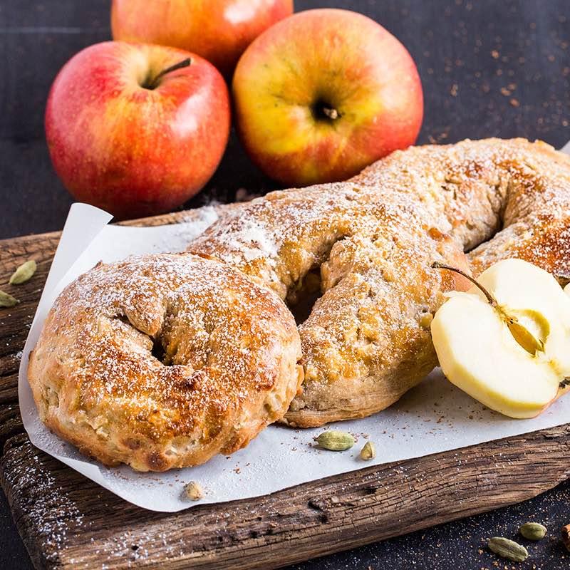 Pieczone oponki drożdżowe z jabłkami