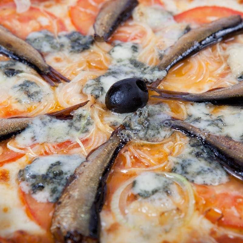 Pizza neapolitańska z pomidorami i sardelą